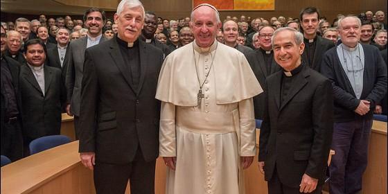 foto-de-familia-de-los-jesuitas-con-el-papa-francisco_560x280